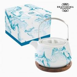 Tetera de porcelana, agua azul