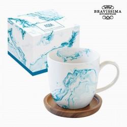 Taza de café, agua azul
