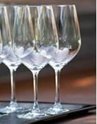 Bicchieri e calici tradizionali e contemporanei per un tavolo chic